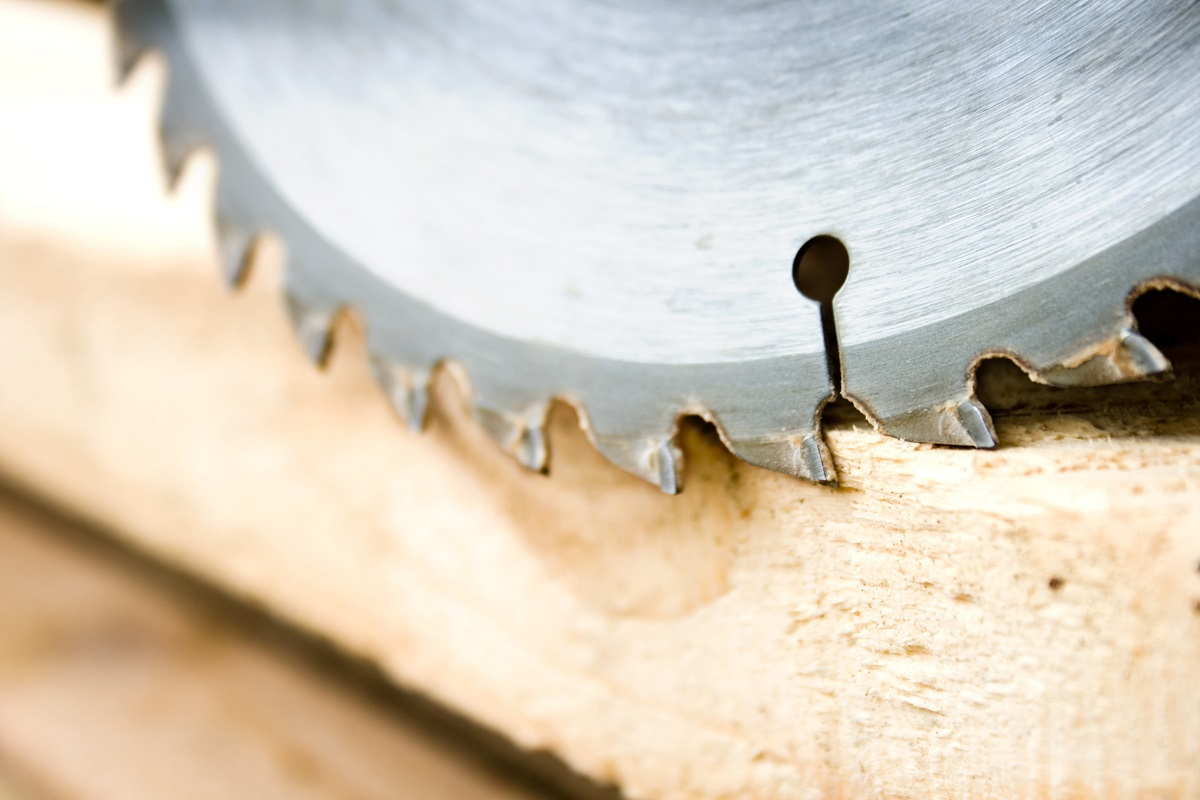 cięcie desek świerkowych za pomocą piły tarczowej w podlaskim tartaku