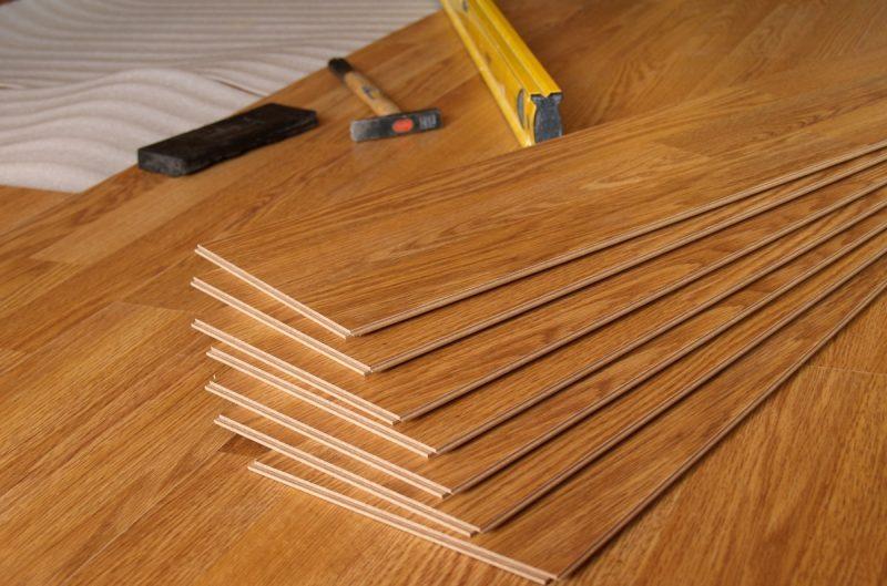układanie podłogi w domu z drewna dębowego
