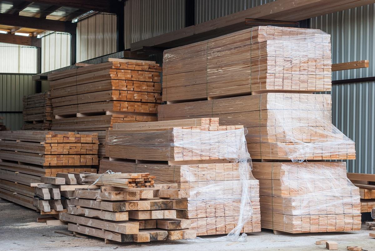 skład popularnych gatunków drewna w magazynie podlaskiego tartaku