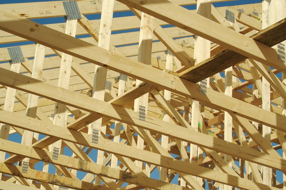 budowa poddasza domu za pomocą tarcicy sosnowej