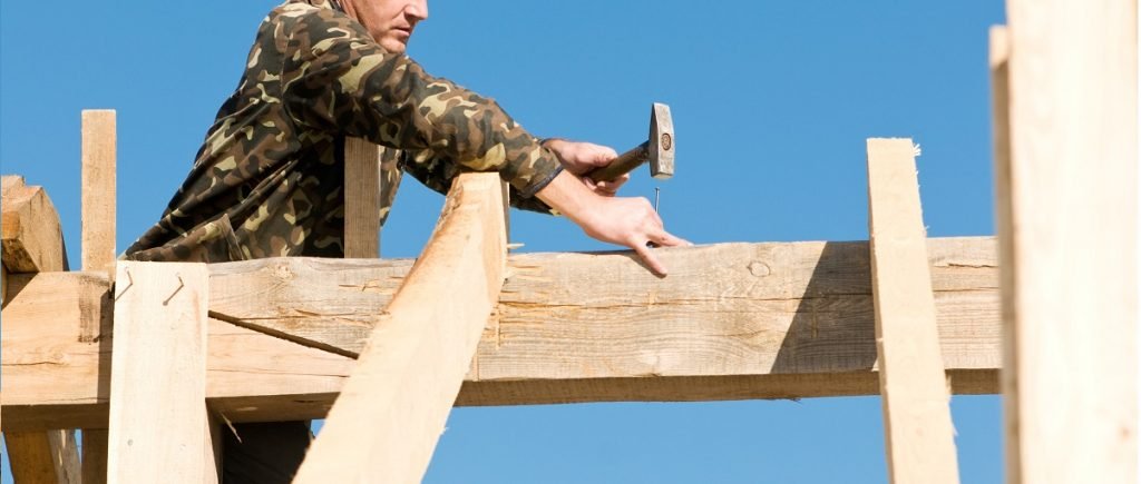 drewno budowlane pozyskane z kłód sosnowych i świerkowych