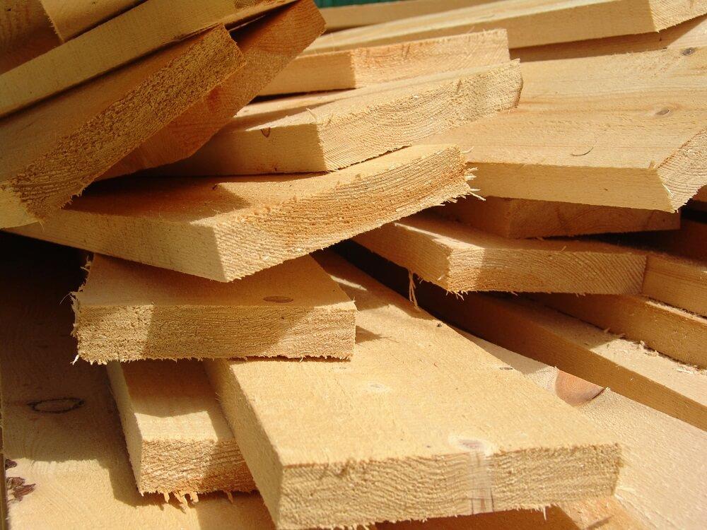drewno w tartaku ułożone wnieregularny stos